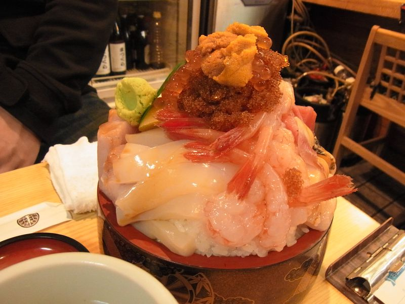 増毛の『ジャンボ生ちらし』新鮮な魚介がチョモランマ盛り!!