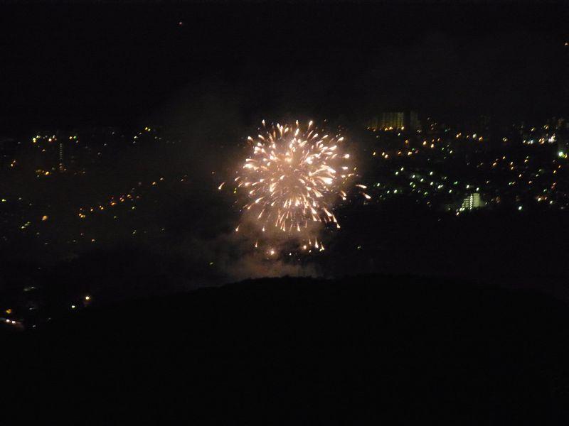 【真駒内花火大会】札幌で一番高い展望台藻岩山から花火を見下ろすとこうなった!