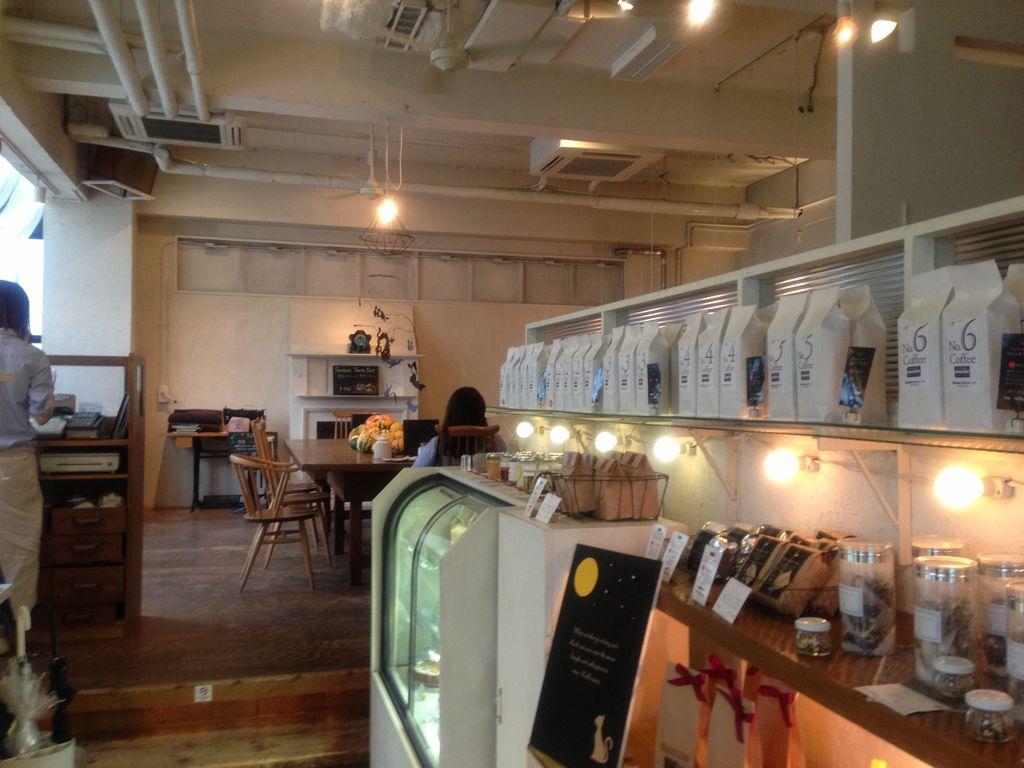 アトリエ・モリヒコ 2号店 オフィスビルをリノベーションした空間でコーヒーを楽しむ