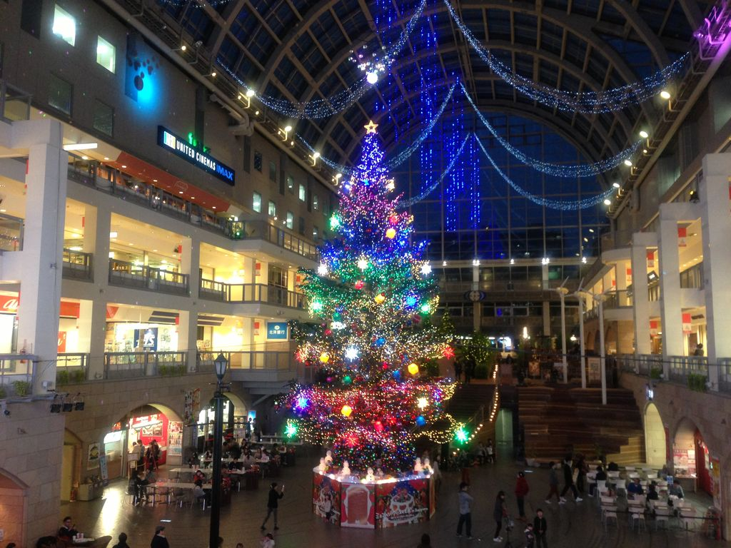 サッポロファクトリー2013のクリスマスツリーは大きめオーナメントにポップなカラー!